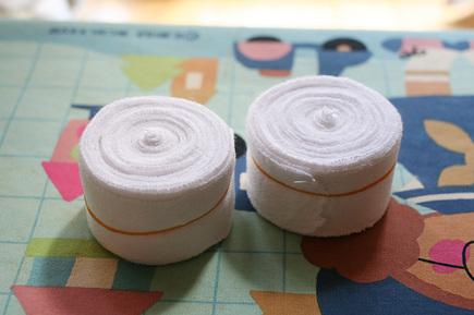 洗濯した包帯にアイロンをかけて、その後くるくるとキレイに巻いたところ!